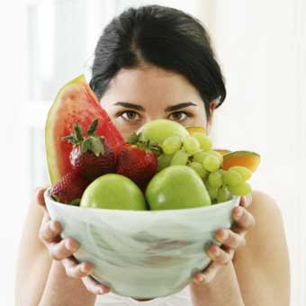 alimentazione sana dieta estate frutta ragazza