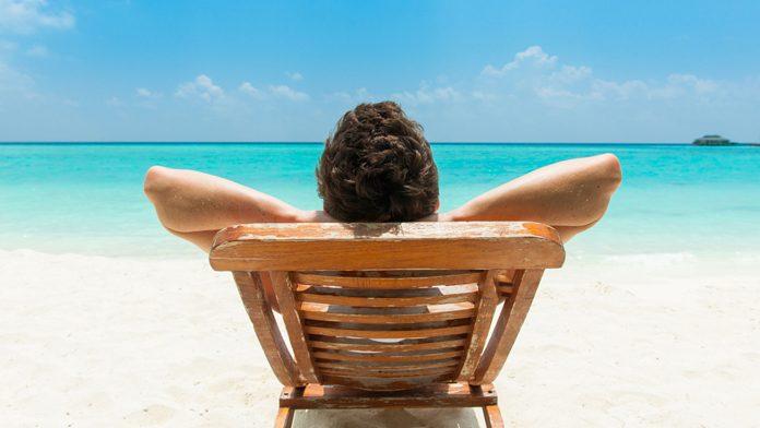 spiaggia sole adraio abbronzatura protezione uomo
